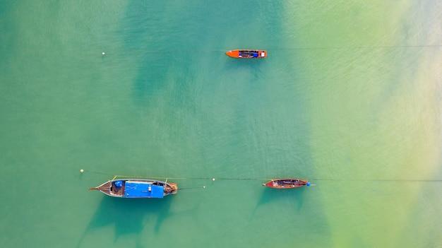 Vissersboot, toeristenboot die op een ondiepe duidelijke overzees drijft
