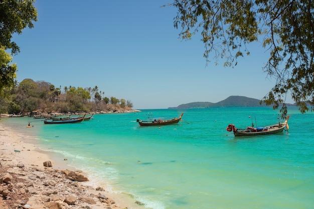 Vissersboten aan de kust van de zee in thailand op het eiland phuket.