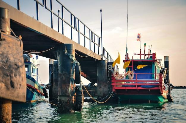 Vissersboten bij pier.