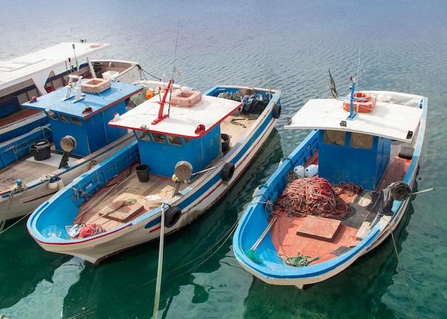 Vissersboten binnen in haven in zuid-italië