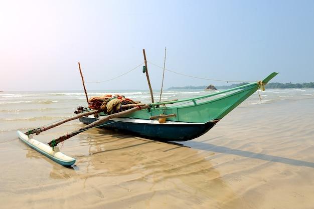 Vissersboten die op leeg strand in sri lanka rusten