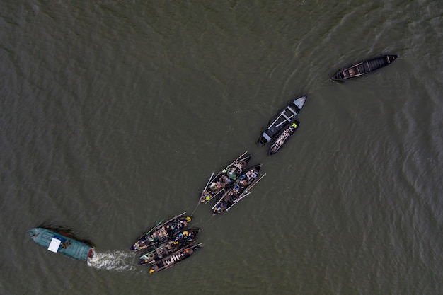 Vissersboten, drijvend in het kalme water en gaan vissen