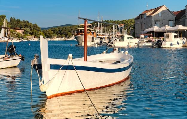 Vissersboten en huizen in vrboska-dorp, hvar-eiland, dalmatië, kroatië. populaire toeristische bestemming.