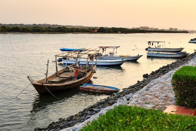 Vissersboten in de avond in ras al khaimah, verenigde arabische emiraten
