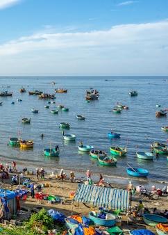 Vissersboten in de buurt van de stad mui ne