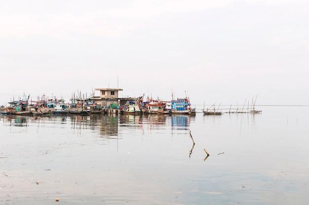 Vissersboten in de haven. wachten om opnieuw te zeilen.