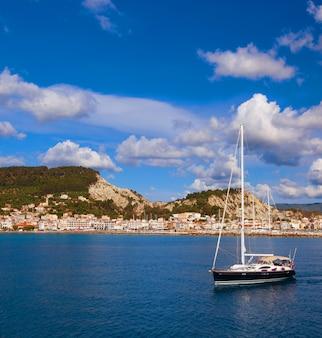 Vissersboten in de ionische zee in griekenland