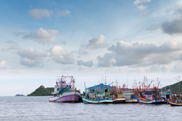 Vissersboten in de ochtend onder blauwe lucht en wolken