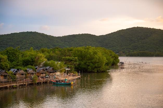 Vissersboten in een vissersdorp en bergen achtergrond, ban pak nam khaem nu, chanthaburi, thailand.