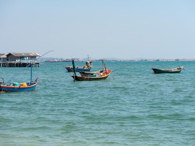 Vissersboten voor anker in de haven