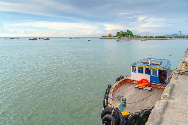 Vissersboten worden aangemeerd aan de jarin-pier. , sriracha, chonburi, thailand