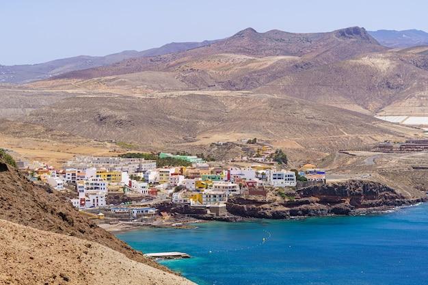 Vissersdorp aan de kust tussen woestijnbergen in gran canaria. spanje. europa.