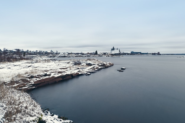 Vissersdorp rabocheostrovsk aan de oever van de witte zee tijdens eb. lange blootstelling.