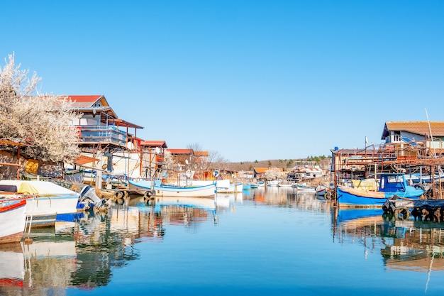 Vissersdorp van bulgarije. een klein vissersdorpje aan de kust van de zwarte zee