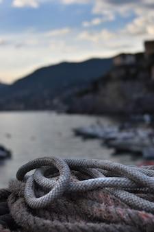Visserskoorden stapelden zich op in de kleine haven van camogli in ligurië