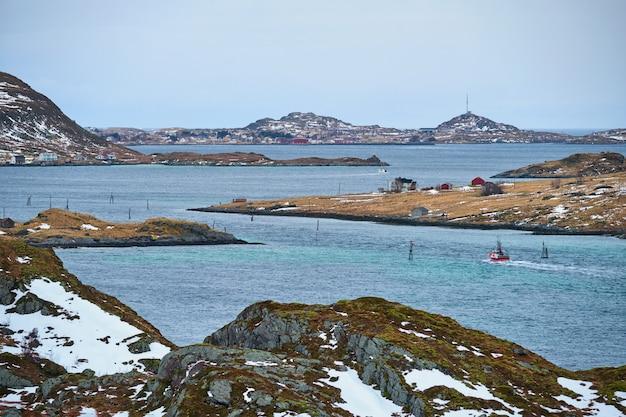 Vissersschip in fjord in noorwegen