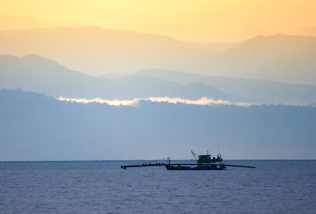 Vissersschip in zee