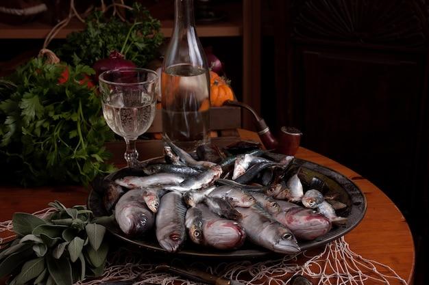 Vissersvangst van de verse vis klaar voor voorbereiding in de keuken