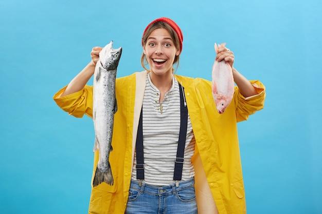 Vissersvrouw die haar succesvolle vangst toont