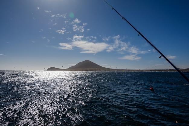 Vissteiger. zeevissen vanaf de pier bij zonsopgang