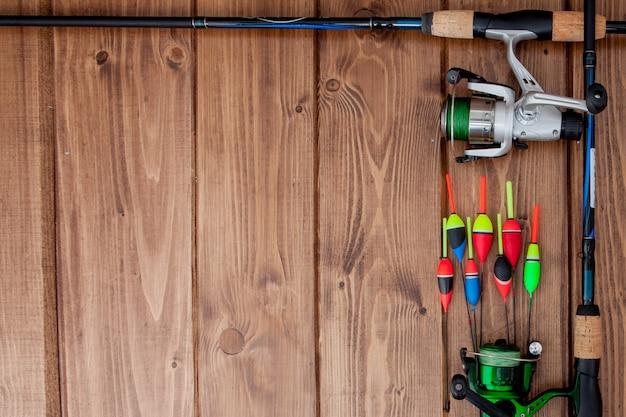 Vistuig - hengel visserijvlotter en lokmiddelen op mooie blauwe houten achtergrond, exemplaarruimte