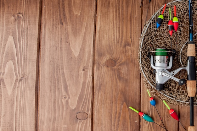Vistuig - hengel visserijvlotter en lokt op mooie blauwe houten achtergrond, exemplaarruimte.