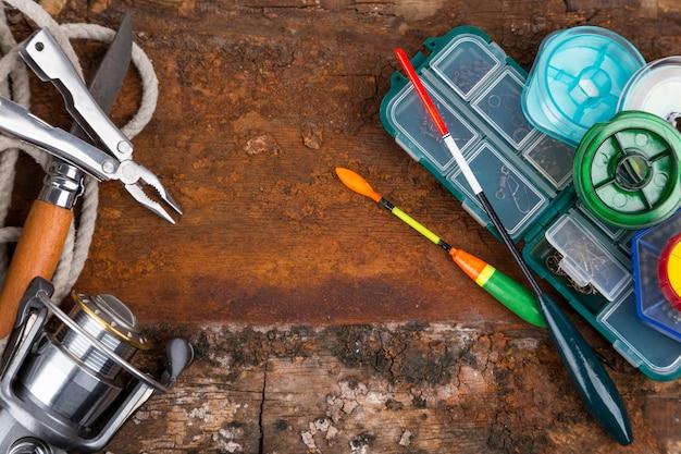Vistuigen voor vissers op houten tafel