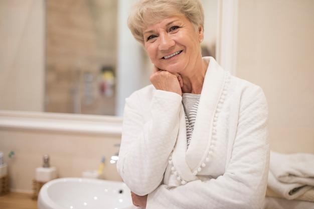 Vitale senior vrouw in de badkamer