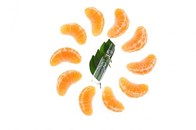 Vitamine c in ampul, mandarijn. organische cosmetica concept