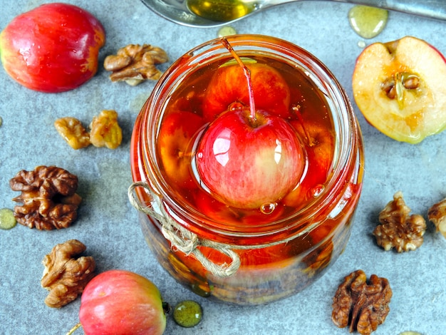 Vitaminemengsel van honing, appels en noten.