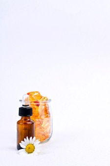 Vitaminen en mineralen in capsules en druppels. visvet. gezondheid en voedingssupplementen.