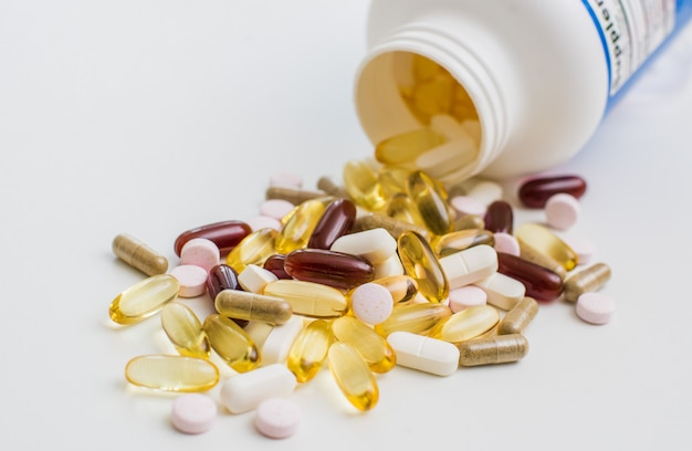 Vitaminen, omega 3, levertraan, voedingssupplement en tabletten