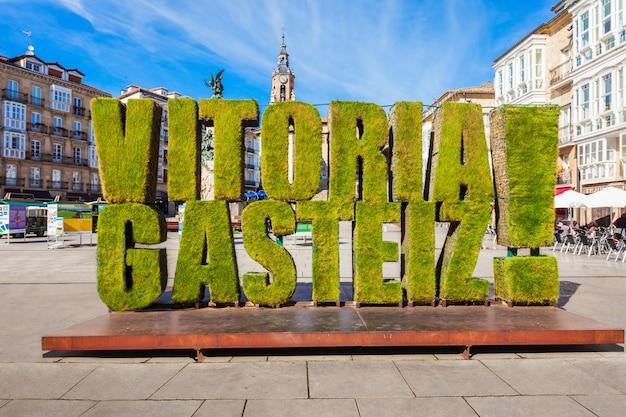 Vitoria-gasteiz, spanje - 28 september 2017: grassculptuur op het virgen blanca-plein in de stad vitoria gasteiz, baskenland in noord-spanje