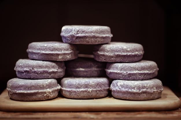 Vitrine met biologische handgemaakte lavendelcosmetica. concept van lichaamsverzorging en kuurbehandelingen.