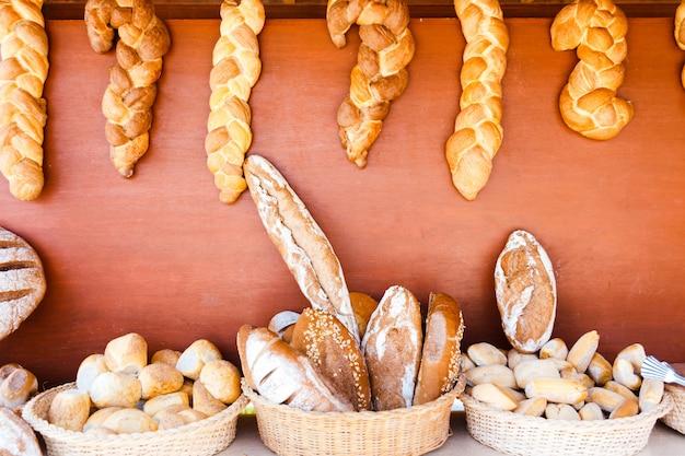 Vitrine met verschillende soorten brood