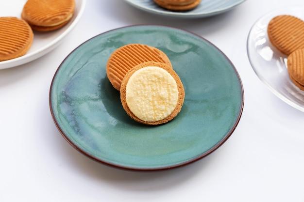 Vla crème sandwich koekjes in plaat op witte achtergrond.