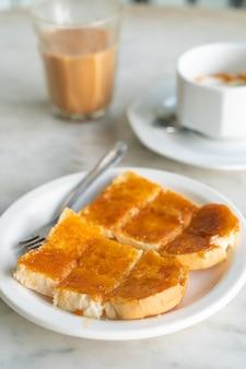 Vla met brood dat op witte plaat wordt geroosterd