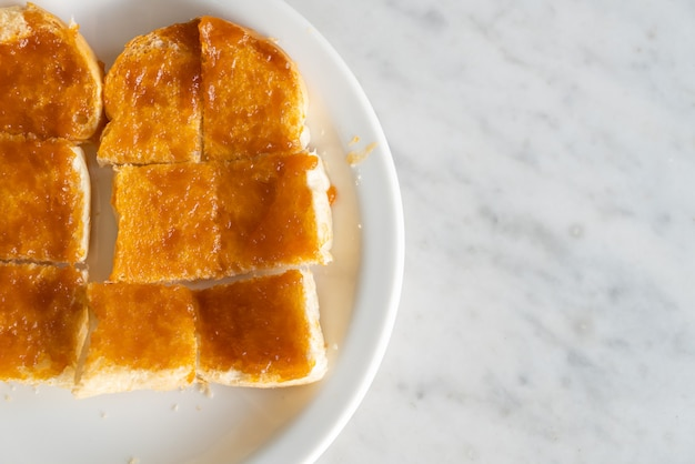 Vla met brood geroosterd op een witte plaat
