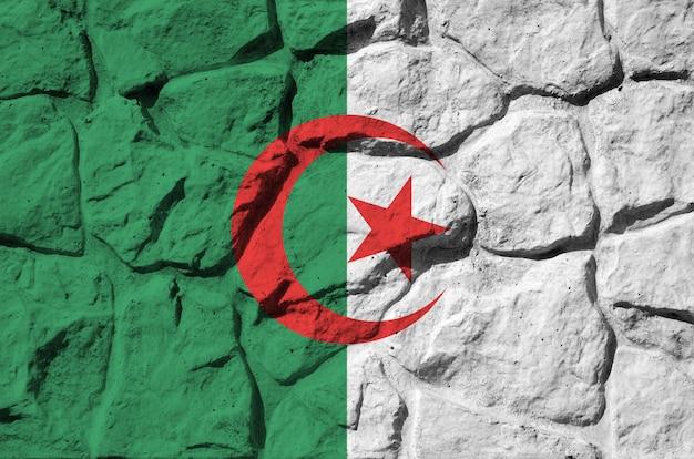 Vlag van algerije afgebeeld in verfkleuren op oude stenen muur close-up. geweven banner op rotswand achtergrond