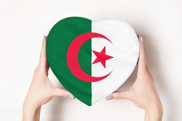 Vlag van algerije op een hartvormige doos
