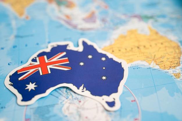 Vlag van australië op de achtergrond van de wereldkaart vlag op de achtergrond van de wereldkaart