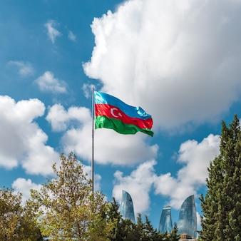 Vlag van azerbeidzjan tegen de blauwe lucht