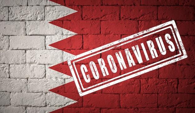 Vlag van bahrein met originele verhoudingen. gestempeld met het coronavirus. bakstenen muur textuur. corona-virusconcept. op de rand van een covid-19- of 2019-ncov-pandemie.