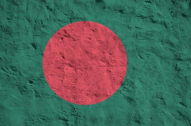 Vlag van bangladesh afgebeeld in heldere verfkleuren op oude reliëf pleisterwerk achtergrond