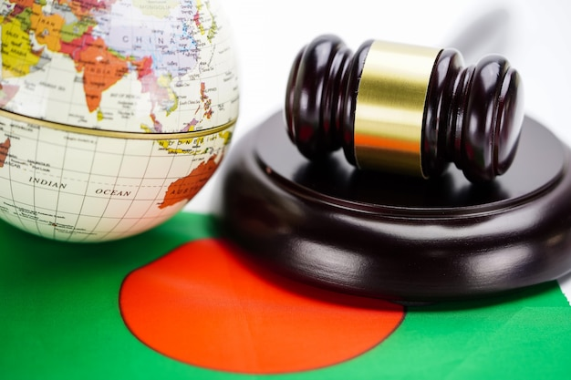 Vlag van bangladesh en rechter hamer met globe wereldkaart