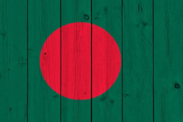 Vlag van bangladesh op oude houten plank wordt geschilderd die
