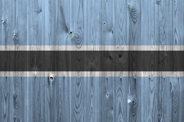Vlag van botswana afgebeeld in heldere verfkleuren op oude houten muur. getextureerde banner