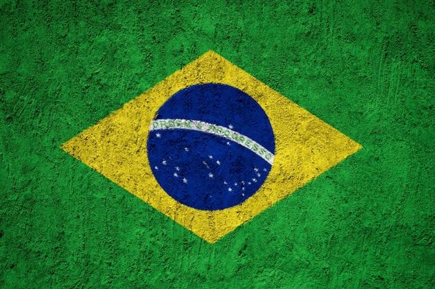 Vlag van brazilië op grungemuur die wordt geschilderd
