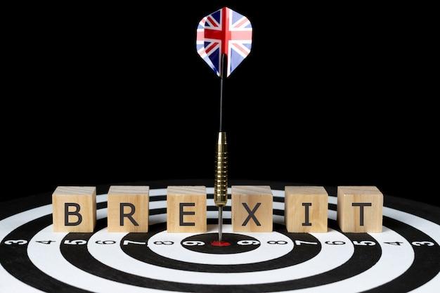 Vlag van britse dartpijl raken in het midden van het dartbord met tekst