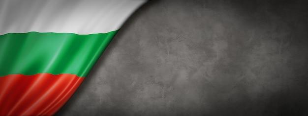 Vlag van bulgarije op betonnen muur. horizontale panoramische banner. 3d illustratie